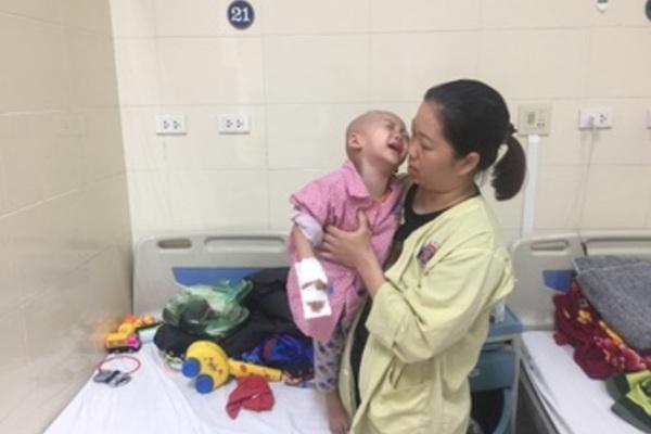 Cháu bé dân tộc chưa đầy 3 tuổi ung thư, gia đình gánh khoản nợ gần nửa tỉ đồng