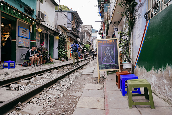 Hanoi railway street among top 8 over-touristed sites