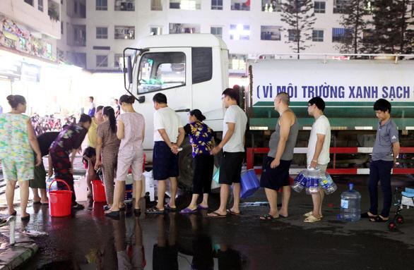 Sài Gòn - Hà Nội, dân đô thành 1 năm hứng 'thảm họa'