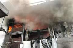 Khói lửa cuồn cuộn bao trùm công ty sản xuất bánh kẹo ở Bình Dương