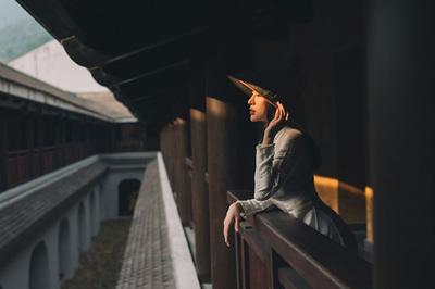 Hoa hậu Thu Hoàng thướt tha trong tà áo dài truyền thống