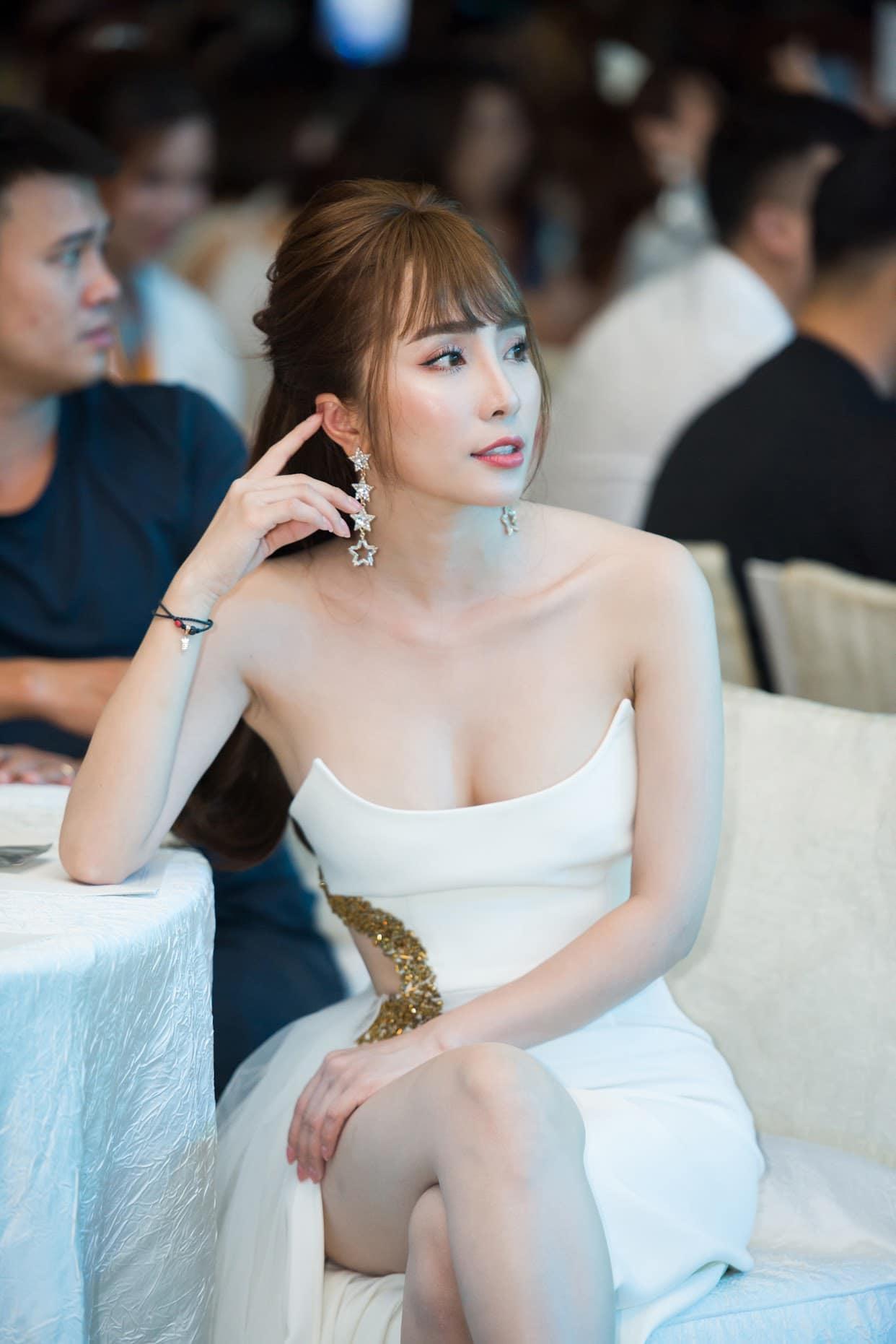 Quỳnh Nga thừa nhận nâng ngực để tự tin mặc gợi cảm