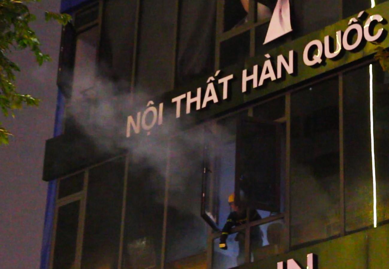 Sau 1 tiếng cháy dữ dội, nhiều tài sản cửa hàng nội thất Hàn Quốc bị thiêu rụi