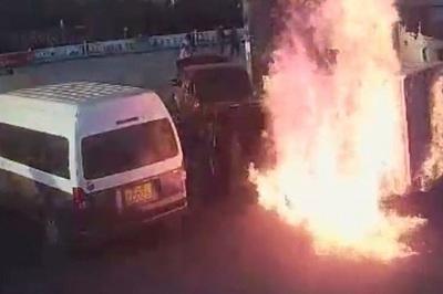 Xe tải bốc cháy dữ dội tại trạm xăng