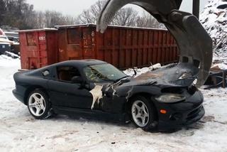 Cả lô xe Dodge Viper bị nghiền nát vì sợ bị kiện
