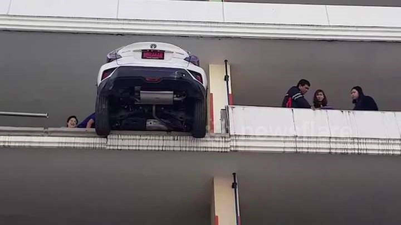 Ô tô lơ lửng trên tầng 4 do tài xế đạp nhầm chân ga