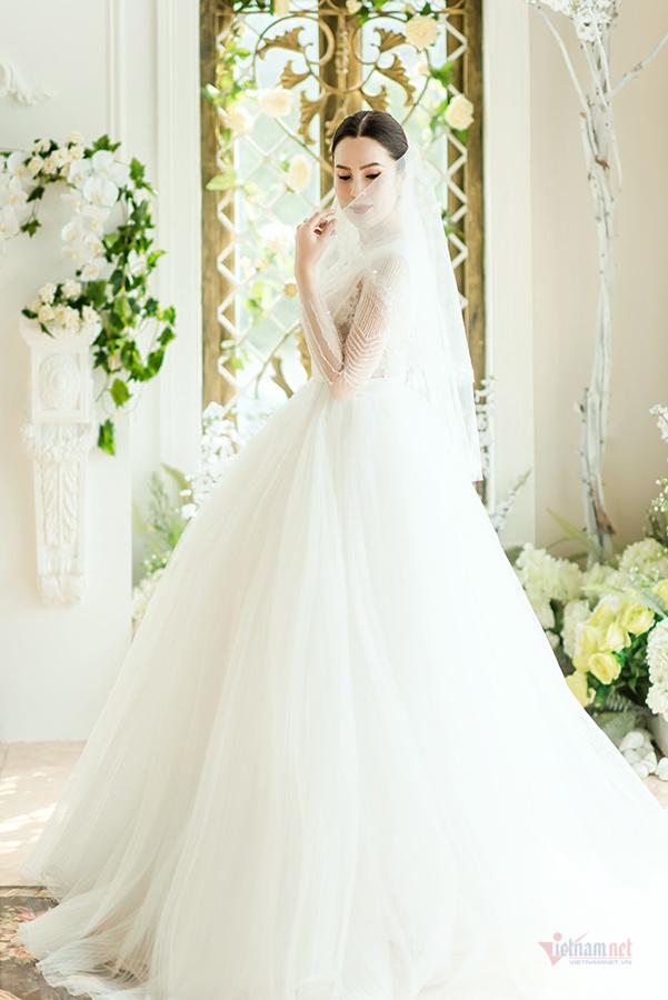 Hoa hậu Phương Lê diện áo cưới sexy dù đã sinh ba con