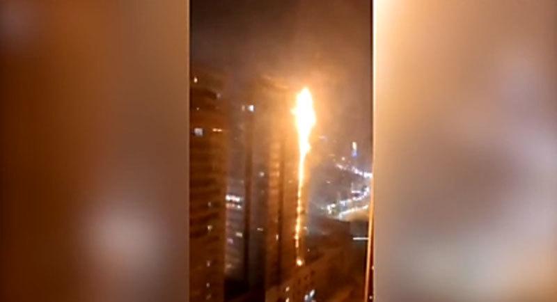 Chung cư hàng chục tầng ở Trung Quốc cháy như đuốc