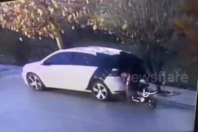 Mải nhìn điện thoại, biker đâm sầm vào đuôi ô tô