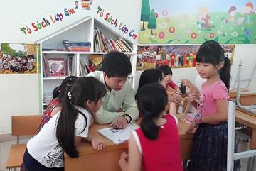 Nghe VietNamNet: Nam kỹ sư thường xuyên đi nhặt rác, tặng sách cho trẻ em