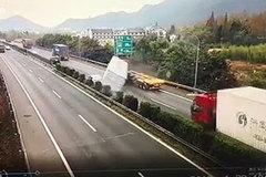 Hú hồn cảnh xe container đổ nghiêng suýt đè bẹp xe con