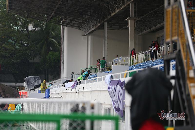 Sân Rizal Memorial hối hả cào nước, hạn chế phóng viên tác nghiệp