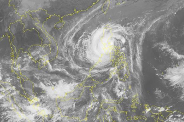 Bão Kammuri giật cấp 16 tiến vào Biển Đông, SVĐ Rizal Memorial mưa to