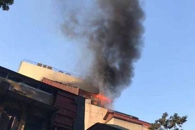 Cháy lớn quán karaoke sắp khai trương trên phố Thi Sách