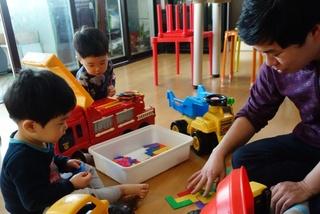 Đàn ông Hàn Quốc ở nhà nội trợ, chăm con bị coi là 'kẻ bỏ đi'
