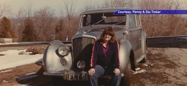 Cặp vợ chồng già rơi nước mắt khi mua lại được chiếc xe cũ từ 40 năm trước của mình