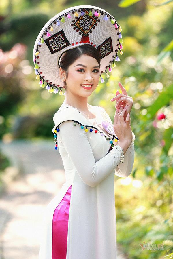 Người đẹp xứ Mường 2019 thướt tha trong tà áo dài thổ cẩm