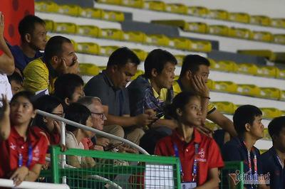 HLV Thái Lan, Akira Nishino... bỏ về sau bàn thắng của Đức Chinh