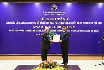 Hanoi presents honorary citizenship title to former Romanian Ambassador