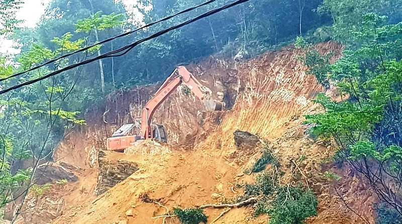 Máy xúc 'khoét' núi ở Thanh Hóa, Chủ tịch xã bảo chỉ san cái mộ