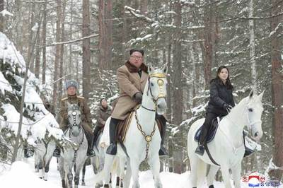 Hình ảnh Kim Jong Un giữa rừng tuyết trắng