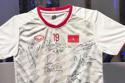 Đấu giá áo Quang Hải góp quỹ phẫu thuật tim bẩm sinh