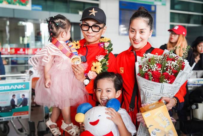 Khánh Thi - Phan Hiển về nước sau khi giành HCV SEA Games
