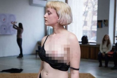 Nữ nghệ sĩ để ngực trần ở triển lãm khiến giám đốc bảo tàng mất việc