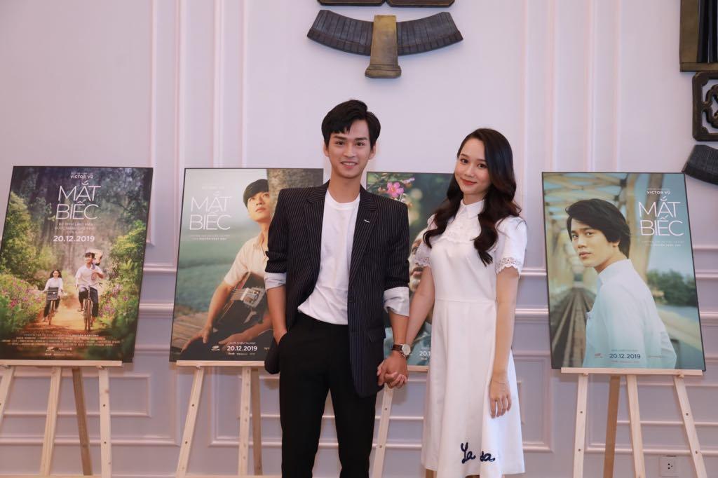 Vợ chồng Victor Vũ, Đinh Ngọc Diệp tình tứ ra mắt 'Mắt biếc'