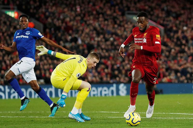 Hàng công bùng nổ, Liverpool đè bẹp Everton