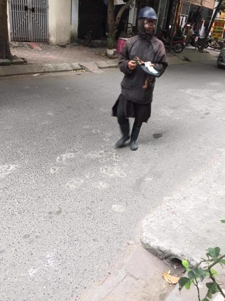 Công an đang xác minh nhóm người mặc đồ đen bí ẩn ăn xin ở Hà Nội