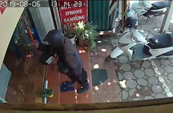 Chủ cửa hàng điện thoại kể gặp người đàn ông mặc đồ đen bí ẩn