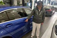 Con trai giở 'độc chiêu' ép cha mua cho xe sang