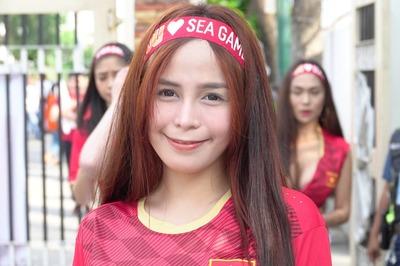 Nữ CĐV Việt Nam xinh đẹp đại náo sân Binan