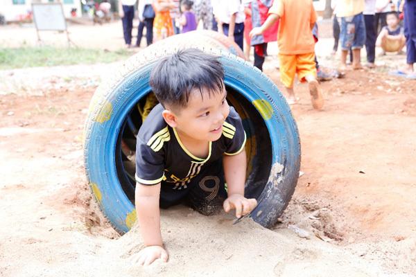 'Sân chơi lốp xe' - xây ý thức xanh cho trẻ em Bình Phước