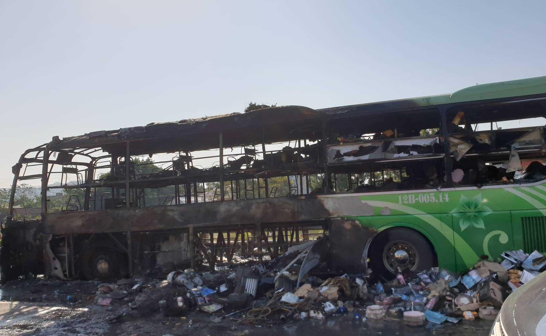 Xe giường nằm chở 11 khách bốc cháy nghi ngút ở Thanh Hóa