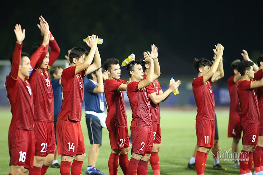 Khoảnh khắc thầy Park và U22 Việt Nam ăn mừng sau khi loại Thái Lan