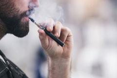 Thuốc lá điện tử có ít độc hại hơn thuốc lá thông thường?