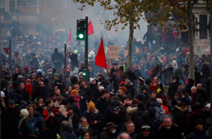 Pháp tê liệt vì đình công, biểu tình lớn