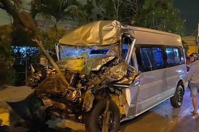 Xe khách tông dính chặt đuôi xe tải, tài xế chết thảm trong cabin