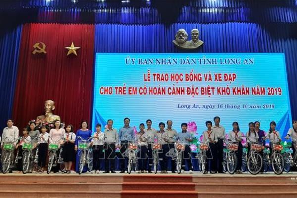 Long An trao học bổng và xe đạp cho 225 học sinh đặc biệt khó khăn