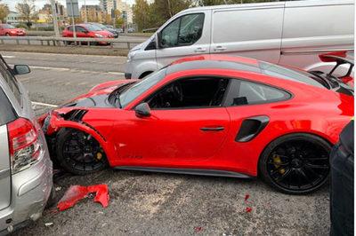 Siêu xe Porsche 911 vừa rời showroom đã gặp nạn, nát đầu