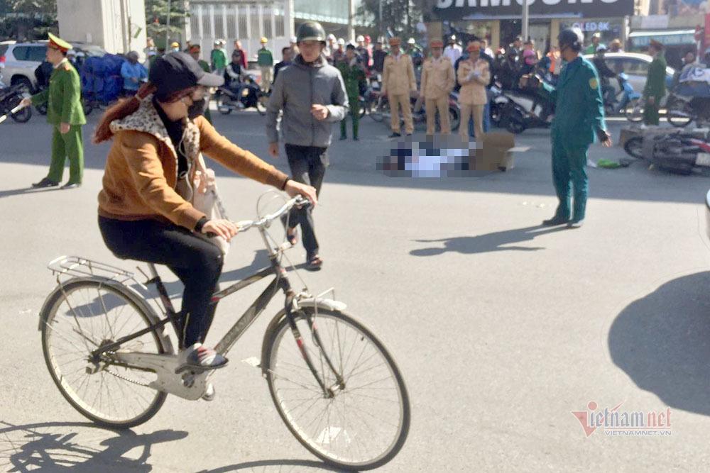 Va chạm với xe tải, 2 người đi xe máy chết trên đường Hà Nội