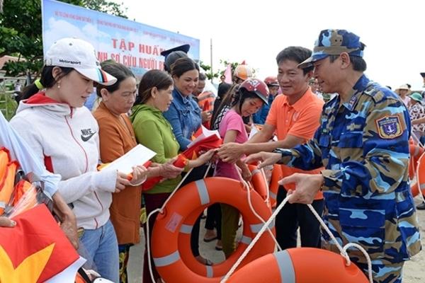 Bộ Tư lệnh Cảnh sát biển Việt Nam trao 200 phần quà cho ngư dân nghèo