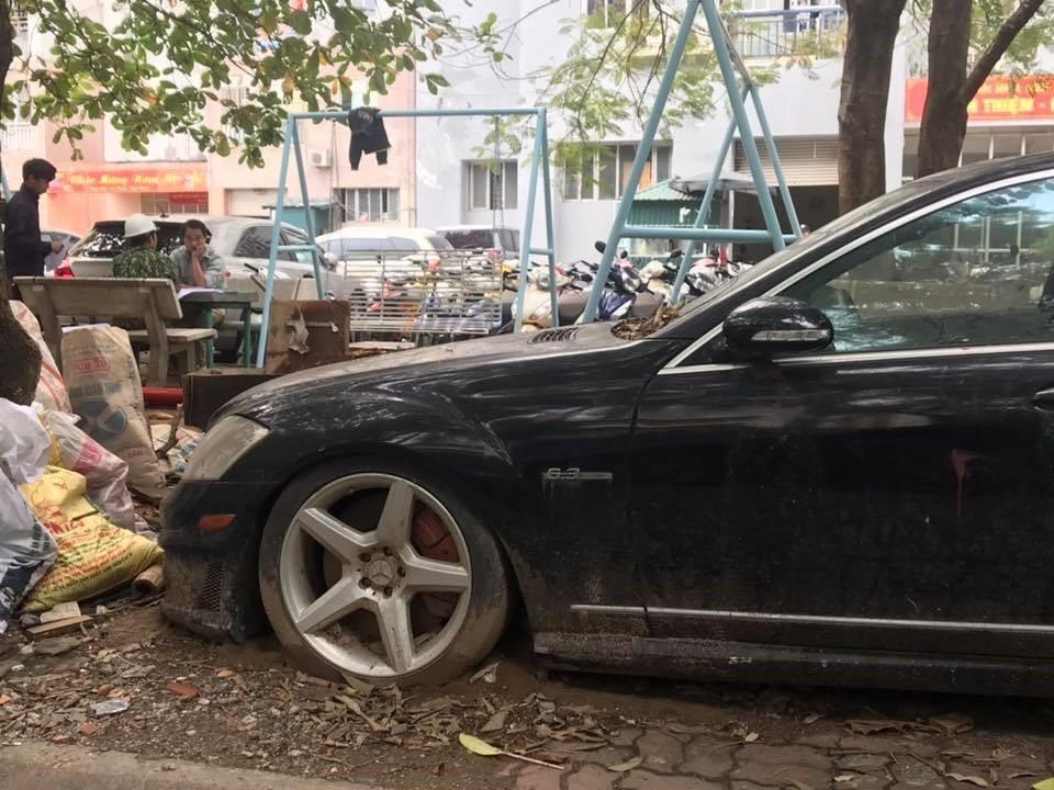 Xót xa nhìn loạt xe Mercedes-Benz đắt đỏ bị vứt xó ở Hà Nội