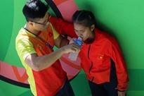 Xúc động hình ảnh nữ vận động viên marathon Việt Nam kiệt sức, không thể tự mặc quần dài lên nhận huy chương tại SEA Games 30