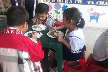 """""""Bữa sáng yêu thương"""" giúp trò nghèo Mương Mán đến trường"""