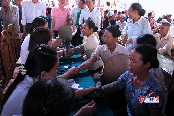 Khám bệnh, phát thuốc miễn phí cho người dân tại bãi rác Khánh Sơn