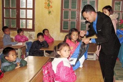 Tiếp sức trò nghèo huyện Thuận Châu vững bước đến trường