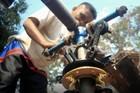Người đàn ông Indonesia chế tạo trực thăng vì chán cảnh tắc đường
